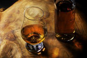 verre et bouteille whisky